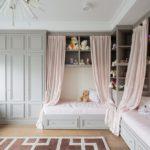 Кремовые занавески в комнате классического стиля