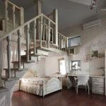 Деревянная лестница в интерьере детской комнаты