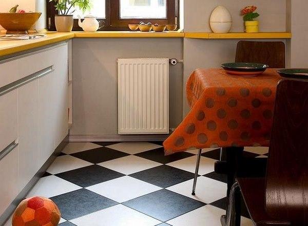 Черно-белая плитка на полу малогабаритной кухни