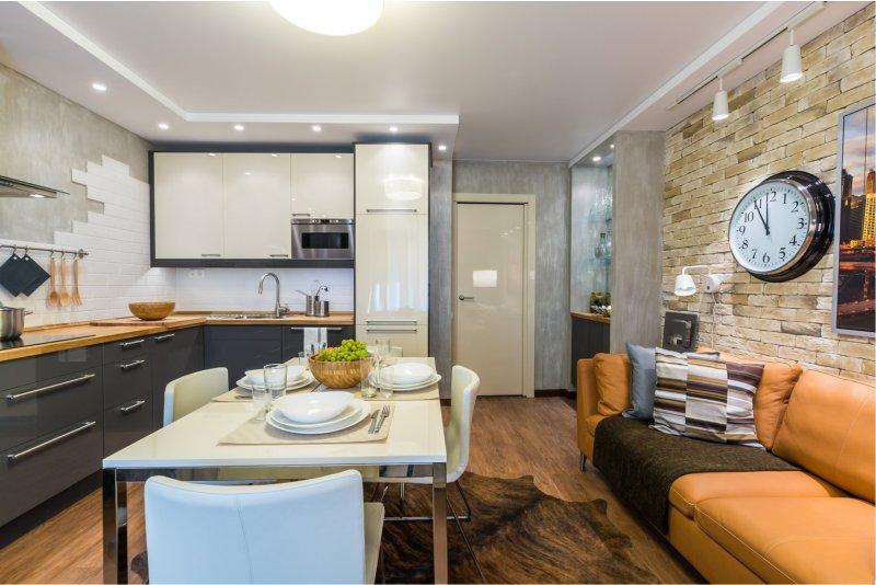 Часы на стене кухни-гостиной городской квартиры
