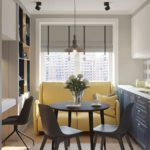 Желтый диван перед кухонным окном