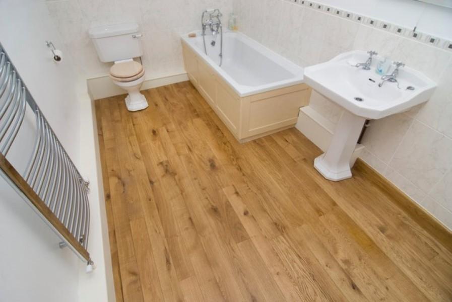 Деревянный пол в ванной с белыми стенами