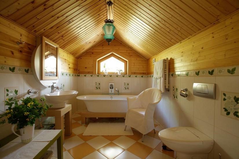 Просторная ванная комната в доме из дерева