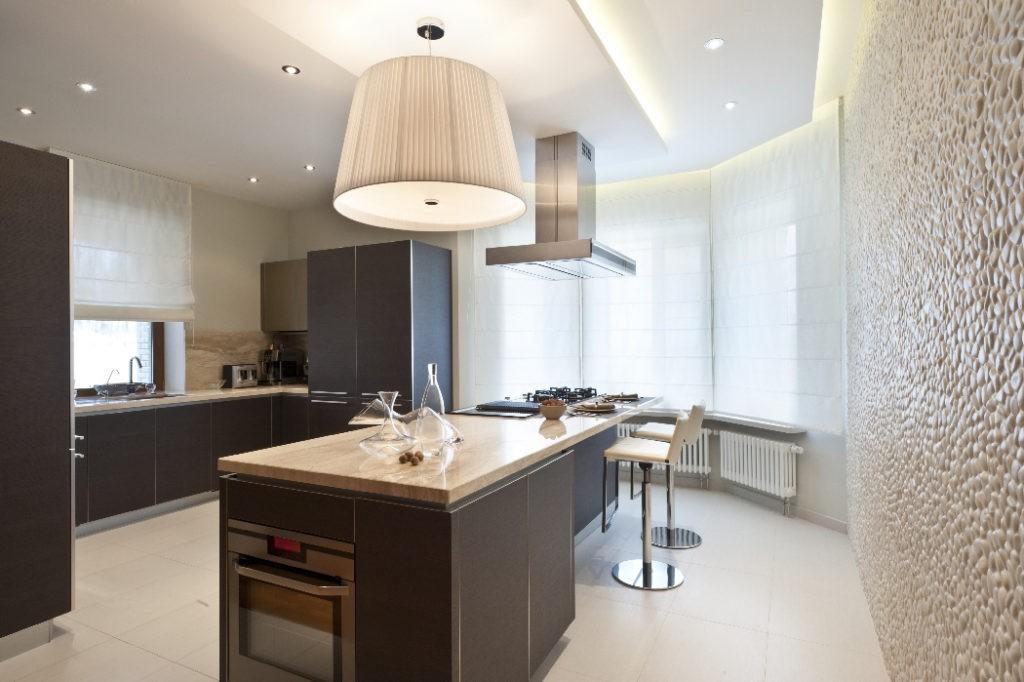 Интерьер кухни с эркером в стиле хай тек