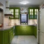 Кухонный гарнитур с зелеными фасадами