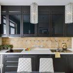 Стеклянные светильники в интерьере кухни