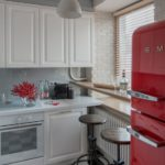 Винтажные барные стулья перед окном кухни