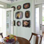 Красивые подносы на стене кухни
