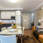 Интерьер кухни с большим диваном