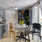Разные стулья в интерьере кухни
