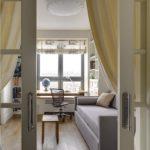 Бежевые занавески на дверях детской комнаты
