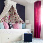 Балдахин над детской кроватью с подушками
