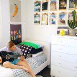Подросток с гитарой в своей комнате