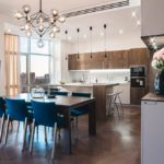 Живые цветы в минималистическом интерьере кухни
