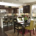 Интерьер кухни столовой с панорамными окнами