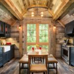 кухня столовая в небольшом деревянном домике