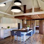 огромные светильники на потолке кухни