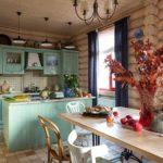 Кухня столовая в доме из бревна
