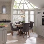 Интерьер кухни с эркером в загородном доме