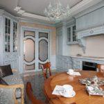 Деревянный стол в классической кухне