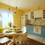 Желтые стены в кухне столовой