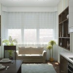 Белые занавески на окне кухни