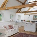 Деревянные стропила в интерьере кухни