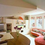 Многоуровневый потолок в кухне гостиной