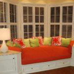 Встроенный диван с красными подушками
