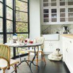 Кухня с панорамными окнами в эркере