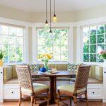 Деревянные стулья на керамическом полу