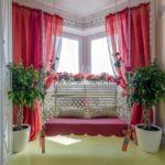 Красные шторы на окнах эркера