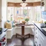 Узкая кухня с круглым эркером