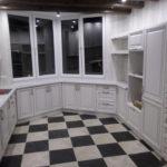 Пол в клетку на кухне с эркером