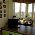 Ноутбук на деревянной столешнице барной стойки