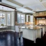 Рельефный потолок в кухне-гостиной