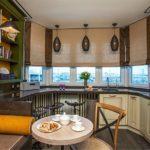 Бежевые римские шторы в интерьере кухни