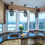 Поворотные створки пластикового окна в эркере кухни