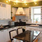 Освещение на кухне с угловым гарнитуром