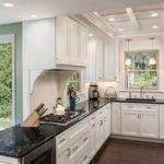Деревянные фасады кухонного гарнитура классического стиля