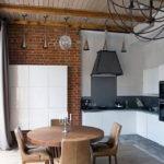 Белый гарнитур на кухне из кирпича