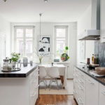 Белая кухня-столовая в скандинавском стиле