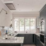 Серый гарнитур на кухне в загородном доме
