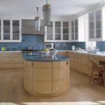 Многофункциональный кухонный остров с глянцевыми фасадами