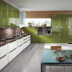 кухонный гарнитур с зелеными фасадами из акрила