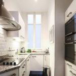 Дизайн узкой кухни с одним окном