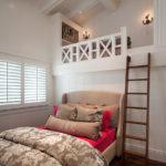 Деревянная лесенка на второй ярус маленькой спальни