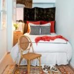 Деревянный стульчик возле кровати в спальне