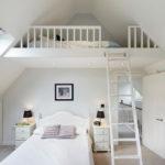Белая спальня в мансарде загородного дома