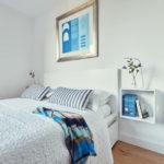 Картина в интерьере светлой спальни